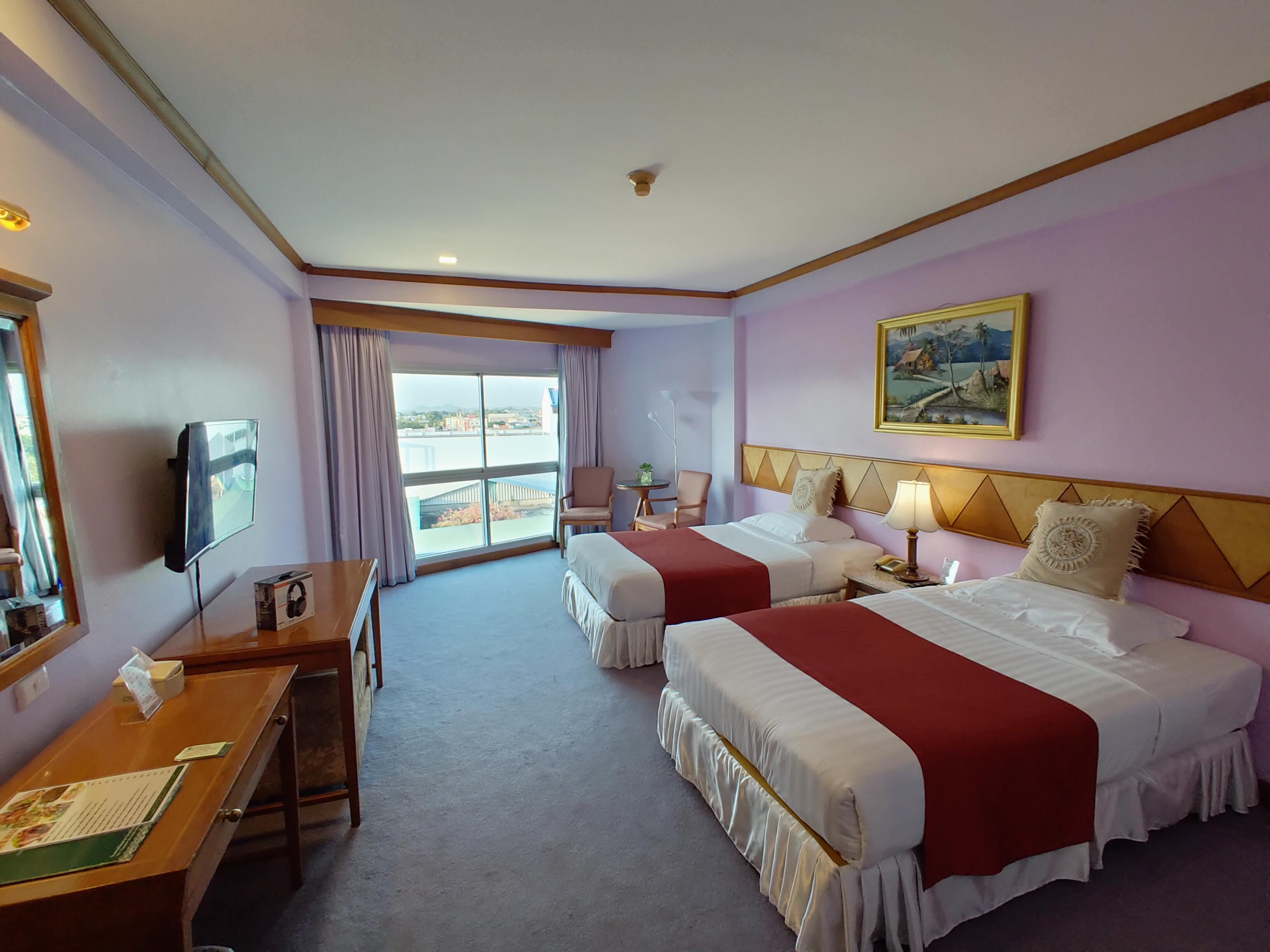 ภายในห้องพักของโรงแรมเวียงตากริเวอร์ไซด์ ห้องพักเป็นแบบเตียงคู่ มีโต๊ะเครื่องแป้ง มีโต๊ะวางทีวี